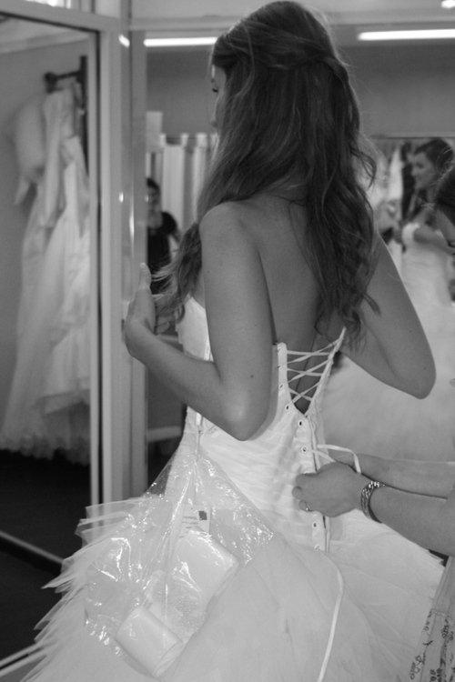 -Je cherche une tenue de soirée. -Vous voulez peut-être essayer la robe dans la vitrine? -Pourquoi? Vous n'avez pas de cabines d'essayages?