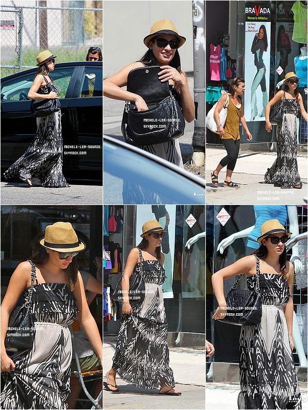.  20/08/2011 : Lea et sa maman allant déjeuner au Pain Quotidien.    .