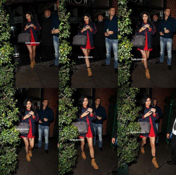 le 16 décembre 2014 - la belle  Kylie photographié seule quittant le restaurant Mr. Chow - Beverly Hills.