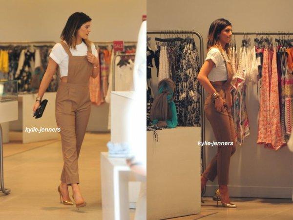 le 12 mars 2014 - Kylie a été vue allant à la boutique de Dash avec Khloé & Kim à Miami.