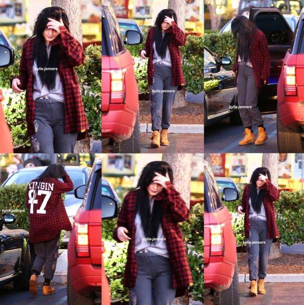 le 21 janvier 2015 -  Kylie dans Calabasas Commons, CA