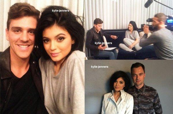 le 12 février 2015 - kylie et sa soeur kendall avec des fan a new york