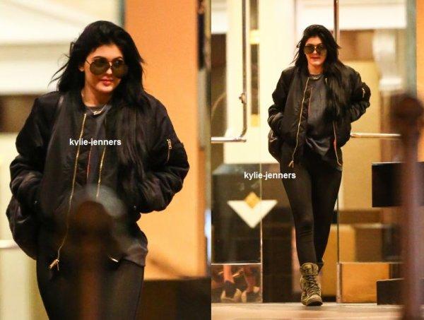 le 22 février 2015 - Kylie a été vue sortant d'un cinéma avec une amie à Los Angeles.