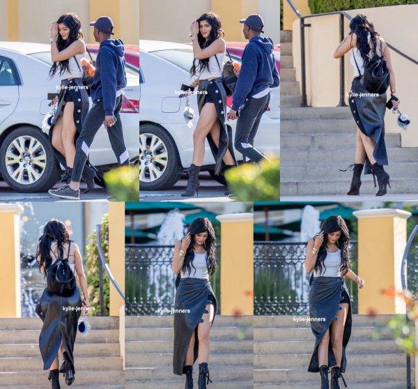 le 25 février 2015 - la belle Kylie au Sugarfish Sushi à Calabasas, CA