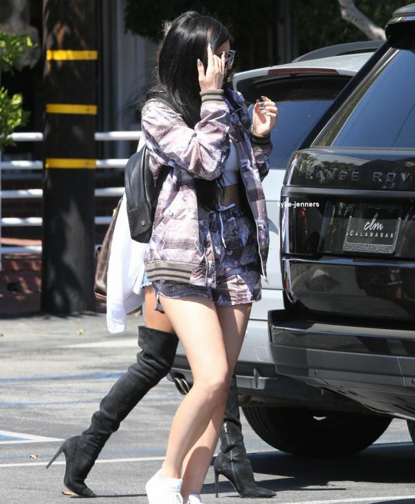 le 28 avril 2015 - kylie sa meilleure amie pia mia et sa soeur kendall dehors et environ à Los Angeles