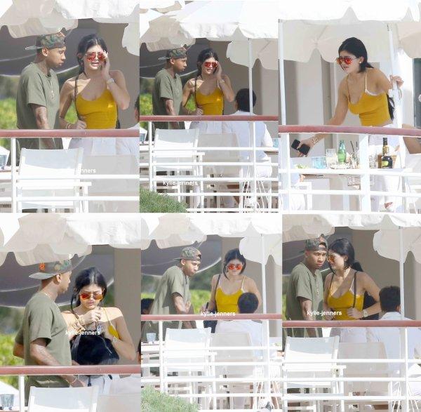 le 24 juin 2015 - Kylie et Kris à la 'DailyMail.com Sérieusement populaire Yacht Party' à Cannes