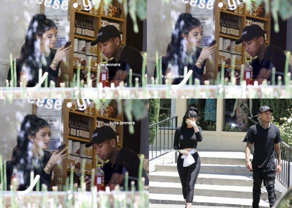 le 29 juin 2015 - Kylie et Tyga accaparement déjeuner dans Calabasas