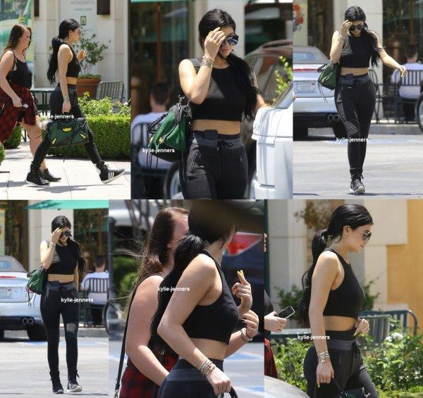 le 2 juillet 2015 - Kylie shopping à Calabasas
