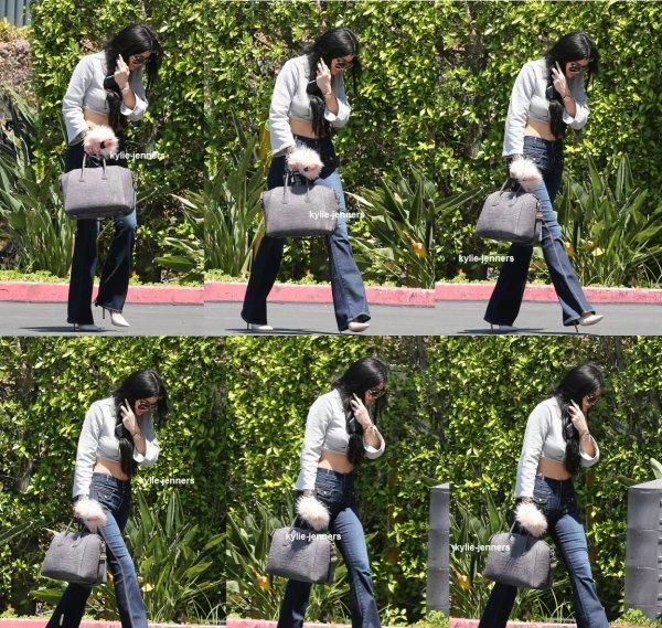 le7 juillet 2015 - Kylie Jenner arrivant à Communications à Woodland Hills