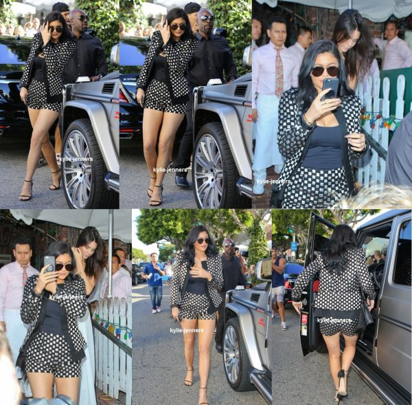 le 26 juillet 2015 -  Kylie sa famille et MJ laissant Pantages Theater à Hollywood