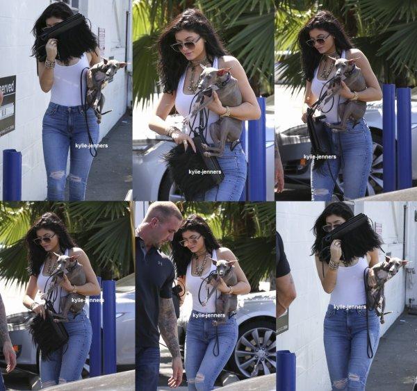 le 27 juillet 2015 - Kylie arriver à un studio à Van Nuys