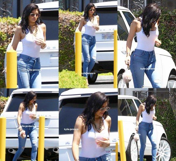 le 28 juillet 2015 -  Kylie et kendall à saisissant yogourt grec à Go à Beverly Hills