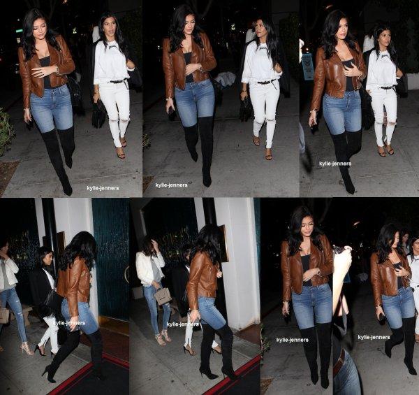 le 29 juillet 2015 - Kylie et Kourtney pour le dîner au Steakhouse de Mastro à Beverly Hills
