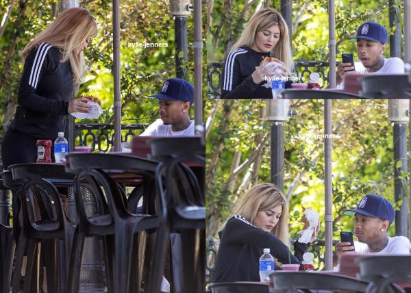le 7 septembre 2015 - Kylie saisissant un smoothie à Los Angeles