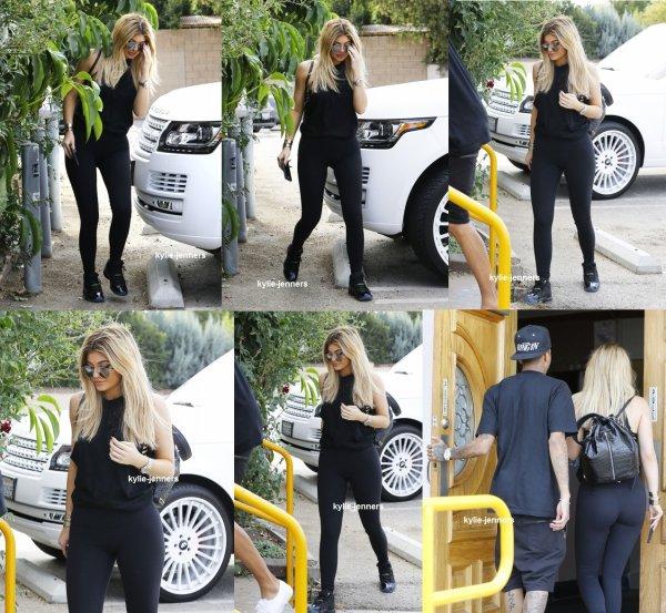 le 11 septembre 2015 - Kylie arriver à un centre commercial à Woodland Hills