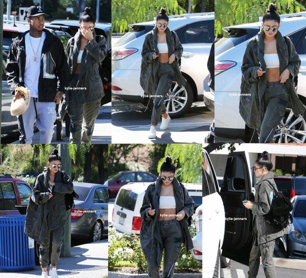 le 1 novembre 2015 - Kylie et Tyga sont allées déjeuner dans Calabasas - Los Angeles