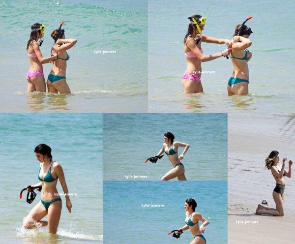 le 30 mars 2014 - Kylie sur la plage de Phang-Nga en Thaïlande.