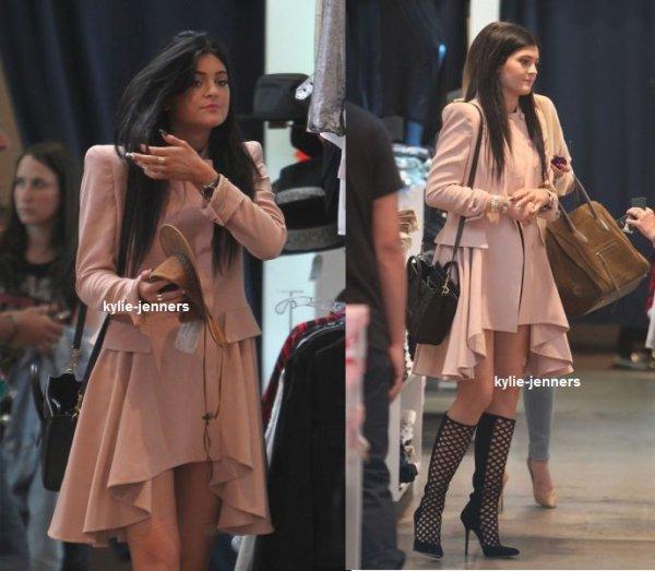 le 2 octobre 2013 - kylie à était vus faire Shopping avec Khloe à Los Angeles