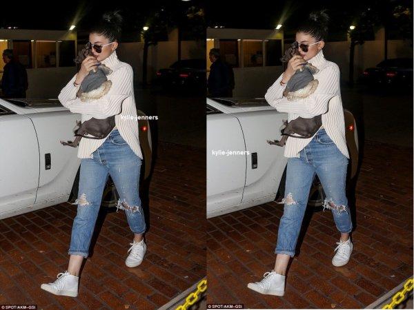 le 11 decembre 2015 - Kylie à la radio de bord à Hollywood