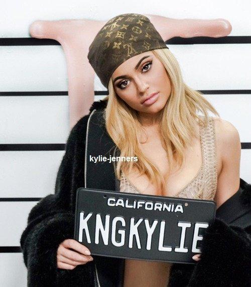le 29 mars 2016  - la belle kylie quittant une séance de photoshoot au centre ville à los angeles