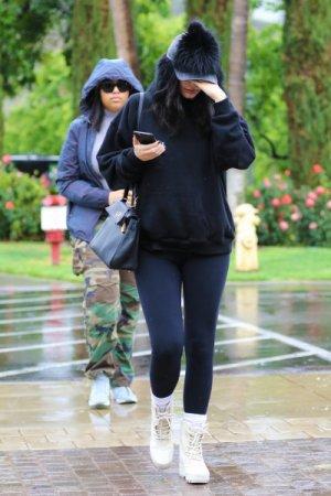 le 9 avril 2016 - kylie se rendait avec une amie au restaurant « Le Pain Quotidien » à Melrose Blvd.
