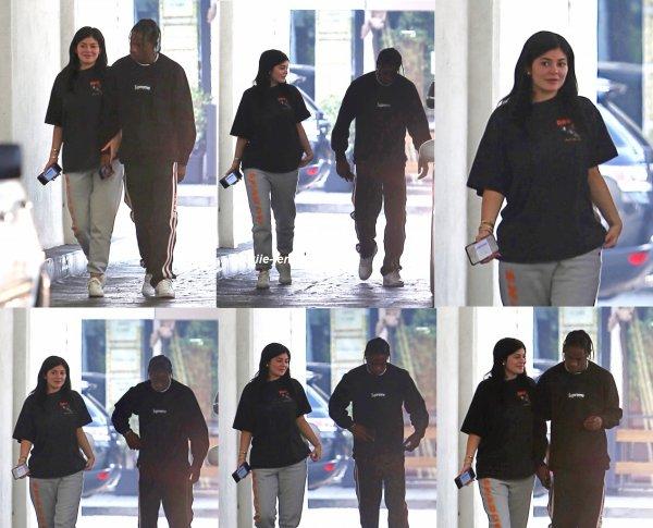 le 29 juin 2017 - kylie et travis ont été vus quitter le office building à los angeles