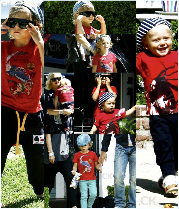 . Gwen Stefani & Gavin sont partis rendre visite à la famille et des amis avec Kingston et Zuma ce 8 Août à Beverly Hills. .