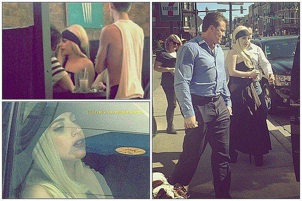 ...........Candids / 20 Juillet   ............Gaga a était aperçue ce vendredi dans un restaurant de Chicago ! .
