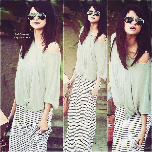 LUNDI 18 JUILLET • Selena avec une amie quittant le restaurant « Goeffrey » à Malibu après avoir petit-déjeuner.