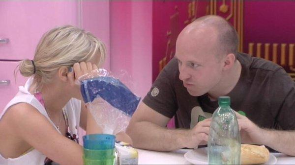 Dans la cuisine, entre deux bouchées, Virginie et Mathieu évoquent les secrets de leurs camarades.