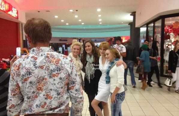 Bella posant avec des fans en Afrique du Sud le 31 mai 2013 .