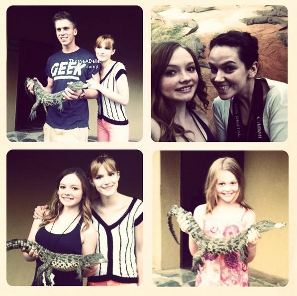 Bella posant avec des fans en Afrique du Sud le 08 juin 2013 .