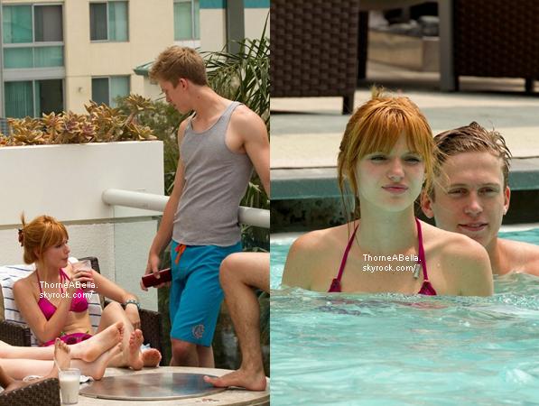 Bella et ses amies dans une piscine à Santa Monica le 1er juillet 2013 .