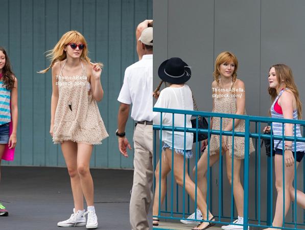 Bella dans un parc d'attraction avec le cast à Atlanta le 27 juillet 2013 .