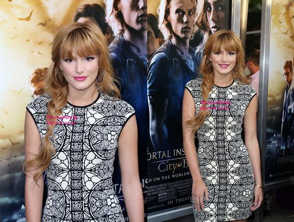12/08/2013 : Bella était à la première du film The Mortal Instruments : City Of Bones . Coté tenue : Bella portait une robe blanche à motif noir , des talons noir et marron deja portées à un autre event . Une magnifque tresse sur le coté et un joli make-up dont le rouge à lèvres rose paillettes. C'est un gros top , pour moi ! Et vous ?