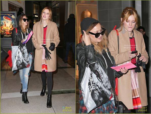 Bella lors d'un meet & greet le 21 janvier 2013 à New York City . Puis elle as était apercu faisant du shopping avec Tonya .