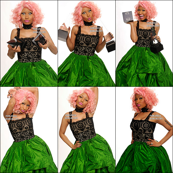 Nicki Minaj posant avec ses prix qu'elle a gagné au « American Music Awards » 2011.