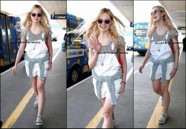 18 Mars : Elle, à l'aéroport de Los Angeles (LAX) rentrant d'Afrique du Sud où elle était en tournage !