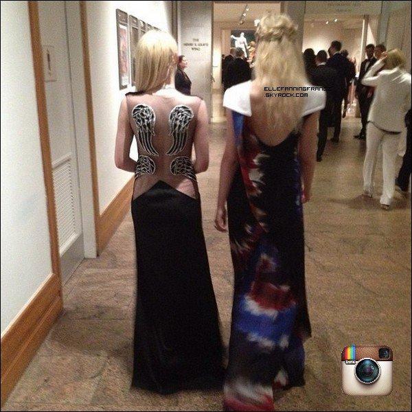 06 Mai : Elle a assisté (avec sa soeur Dakota) au MET Gala qui avait pour thème : Punk ! Elle portait une robe de la marque Rodarte !