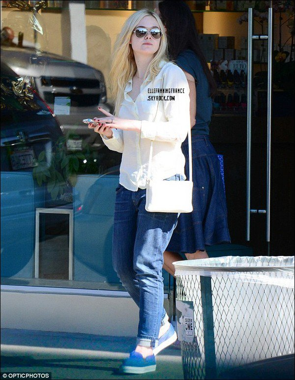 """14 Août : Elle sortant du salon de manucure """"Pure Nails"""" à Studio City !"""