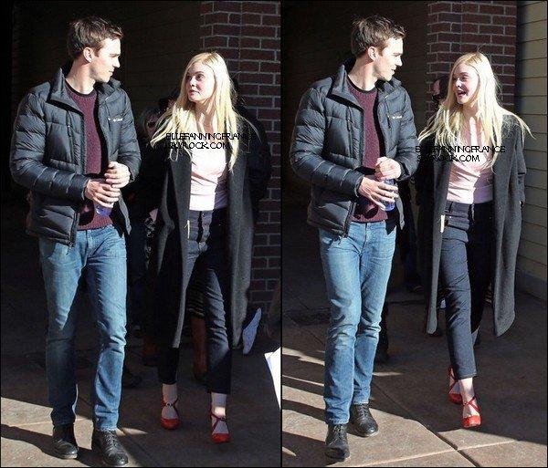 """18 Janvier : Elle se baladant, avec sa co-star du film """"Young Ones"""",  Nicholas Hoult à Park City pendant le Sundance Film Festival !"""