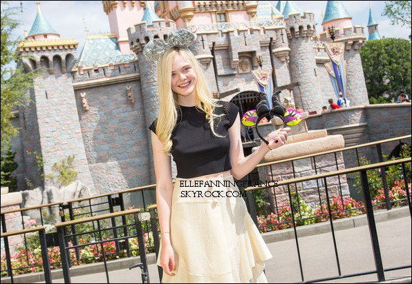 """12 Avril : Elle était à Disneyland avec son petit ami et en a profité pour faire un photoshoot pour promouvoir """"Maléfique"""" !"""
