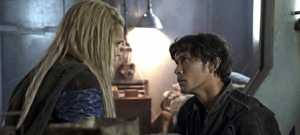 The 100: Clarke et Bellamy, de bons alliés pour sauver la terre?