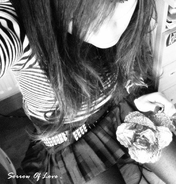 J'te souris comme une debile mais au fond j'ai l'coeur qui pisse le sang .