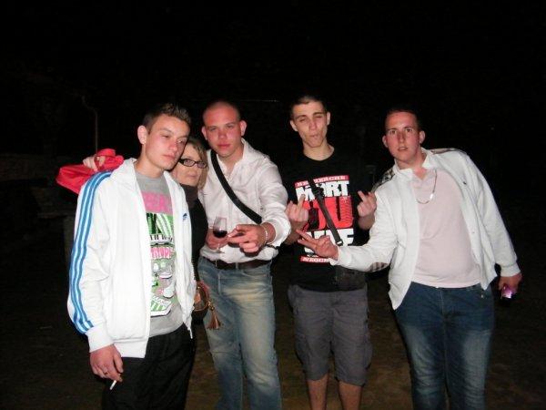 les copains moi et christian le hongrois juste a coter de moi en jean et chemise