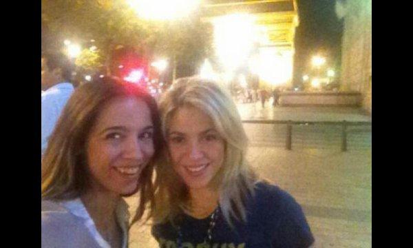 Petite surprise j ai rencontré shakira sur paris avec des copines. Elles ont pris une photo via mon.phone :)