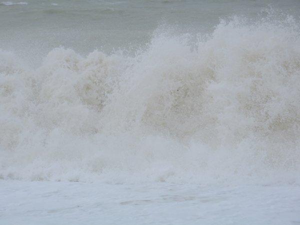 quelque  photo   pandant  la tempête   je suis  allée   tous prés  des  vagues   mes  un  policier est  arrivé  et ma  engueulé   car  j était    trop  prés   hiiiiiiiiiiiiiiiiiiiiiiiii   enfin   cetait   magnifique