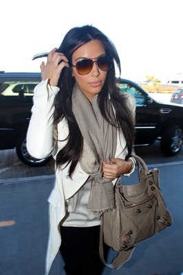 Kim Kardashian sortant de chez elle à L.A / elle porte un sac BALENCIAGA / tu aimes?