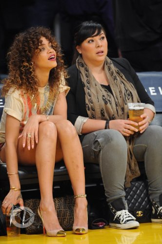Rih assiste a un match a L.A / elle porte des louboutins et a ses pieds une pochette fendi et un t-shirt torn / tu aimes?