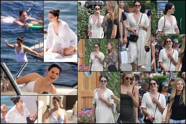 13.08.2018 : Lana Del Rey profite de ses vacances dans les villes de Positano et de Portofino situées en Italie